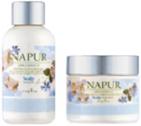 天然由来成分のヤグルマギク花エキスとゼニアオイ花エキスで頭皮環境を整えます。シャンプーには頭皮の汚れをすっきり落とす洗浄力に優れており、健やかな髪と地肌に導きます。柔らかで心地よいパウダリーが包むハニーサックルの香り。Shampoo<300ml>¥2,400Treatment<300ml>¥2,800